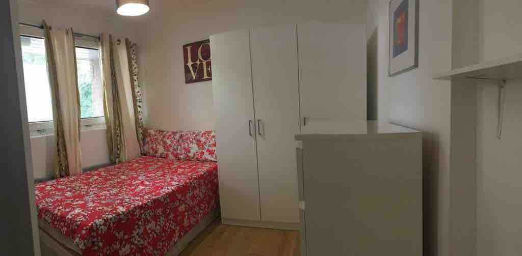 1 room in East Putney, London, SW15 2DA RoomsLocal image