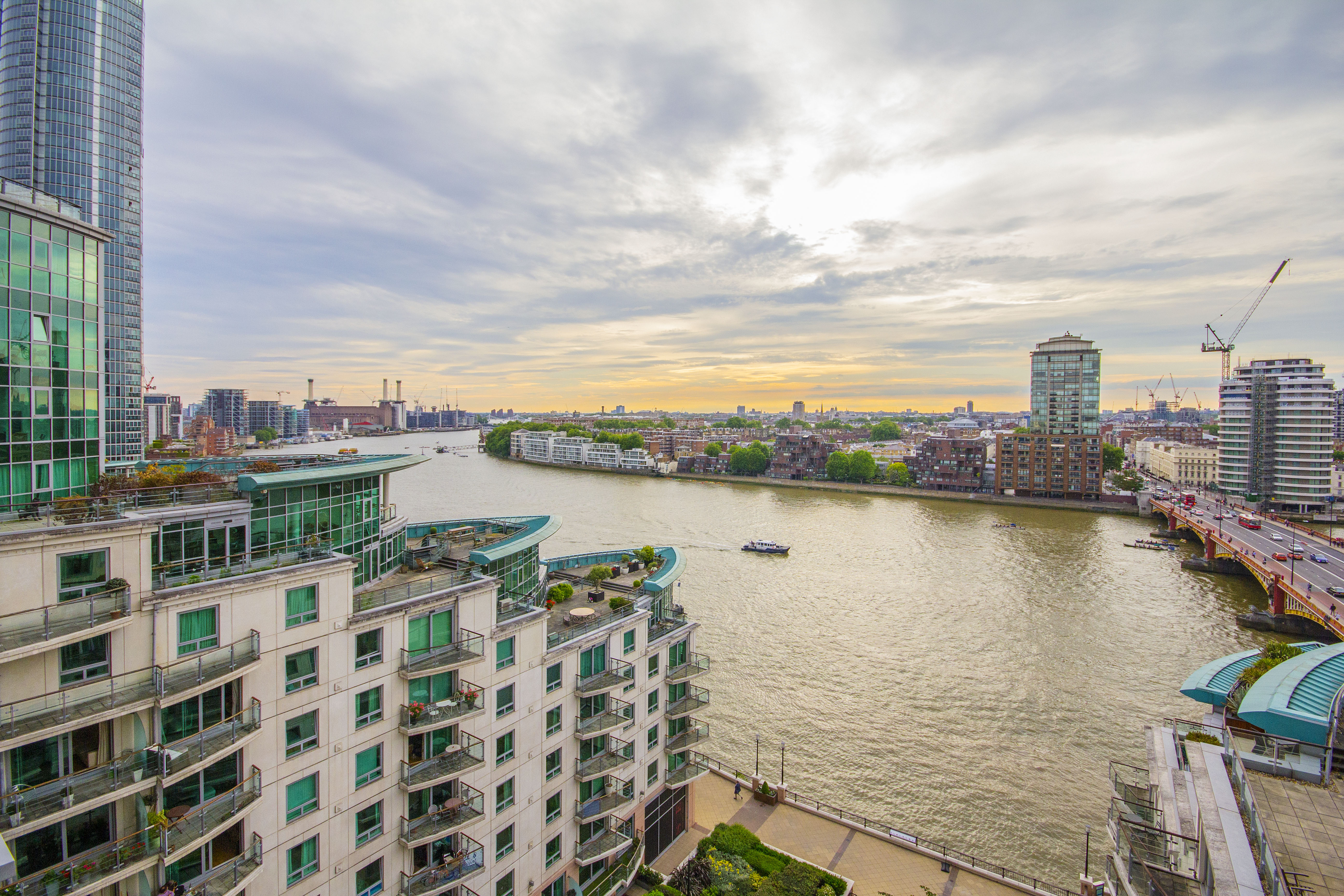 stunning flat in st georges wharf  in Vauxhall image