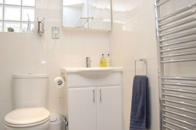 1 room in Hainault, London, IG7 4QF RoomsLocal image